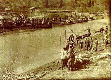 Tremtiniai valo upės vagą ir krantus. Krasnojarsko kr., 1956 m.